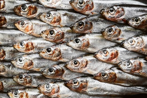 Verse rauwe vis ansjovis en sprot op een houten oppervlak