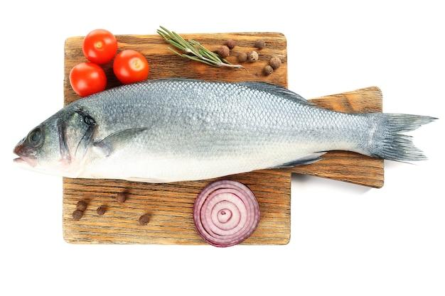 Verse rauwe vis op snijplank en voedselingrediënten geïsoleerd op wit