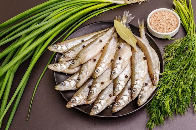 Verse rauwe vis smelt of sardines klaar om te koken