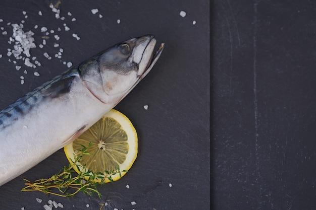 Verse rauwe vismakreel en ingrediënten om te koken