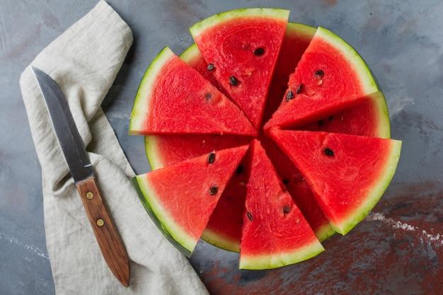 Verse rauwe watermeloen op een grijze tafel