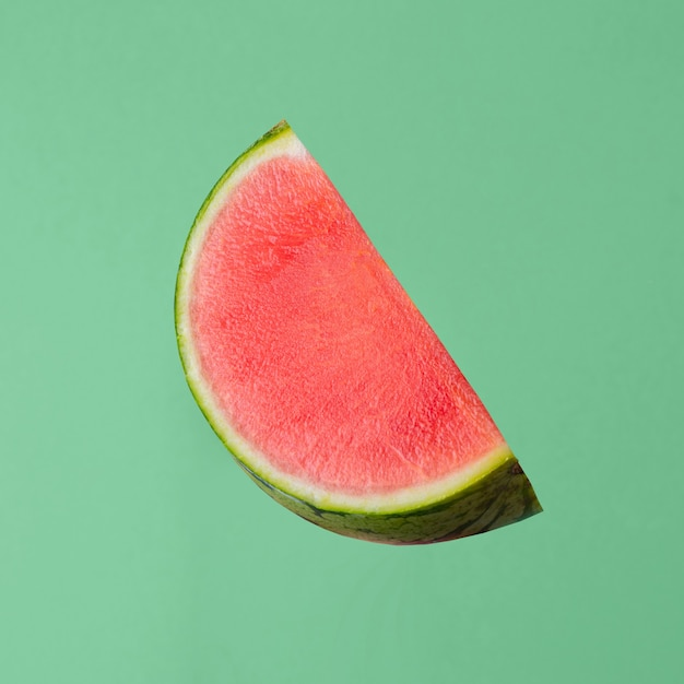 Verse rauwe watermeloen stuk geïsoleerd op groene achtergrond