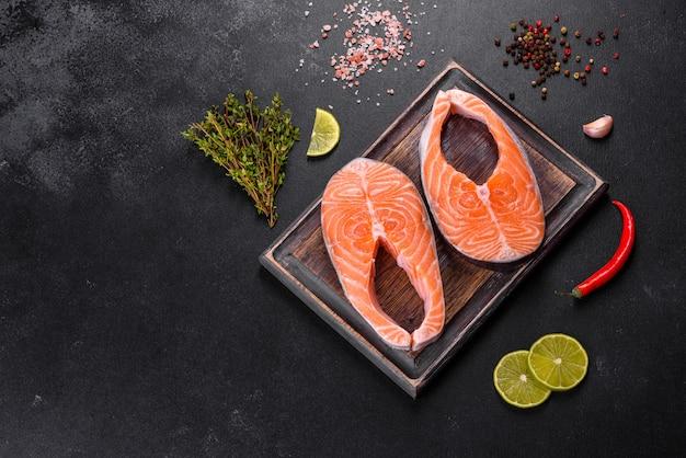 Verse rauwe zalm steak met kruiden en specerijen bereid voor gegrild bakken. gezond zeevruchtenvoedsel