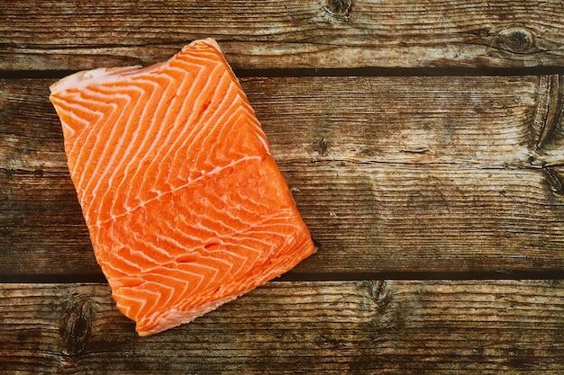 Verse rauwe zalm vis steak op een houten bord