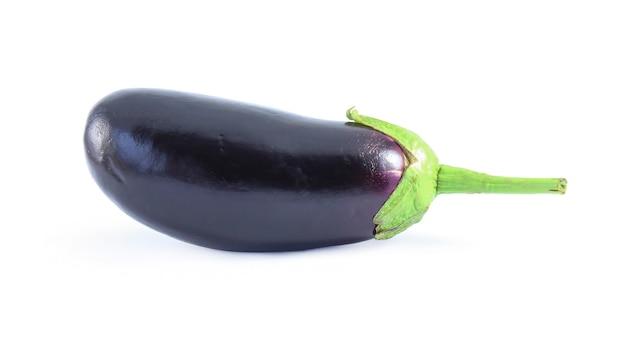 Verse rijpe aubergine geïsoleerd op een witte ondergrond