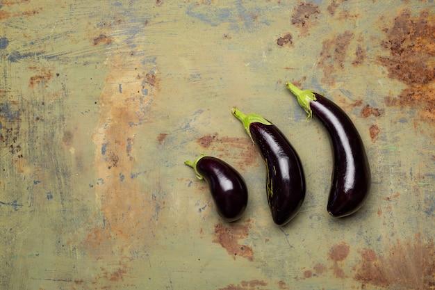 Verse rijpe aubergine op ijzeroppervlak