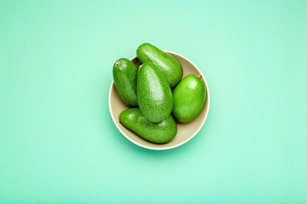 Verse rijpe biologische groene avocado's in plaat