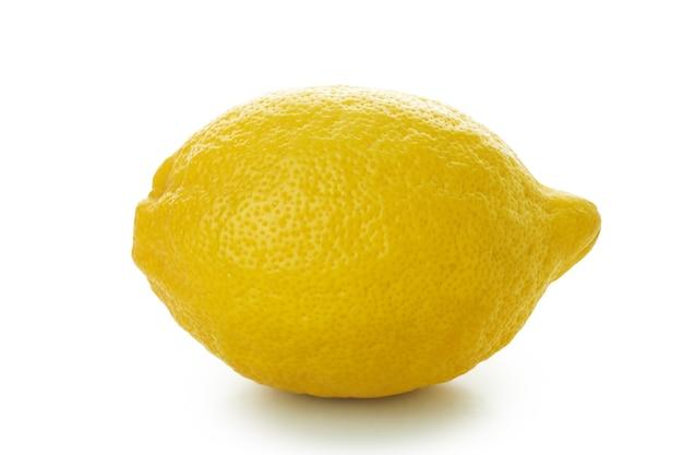 Verse rijpe citroen geïsoleerd op een witte tafel