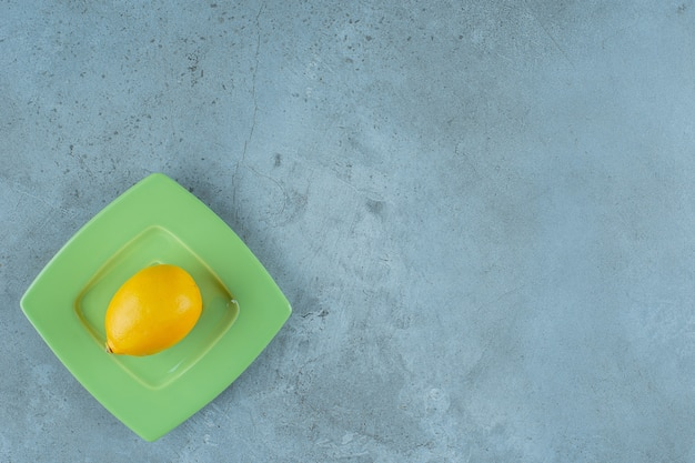 Verse rijpe citroen op een achtbaan, op de marmeren achtergrond. Gratis Foto