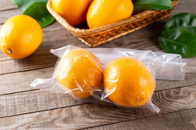 Verse rijpe citroenen in een diepvrieszak op een houten tafel