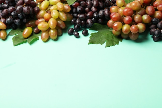 Verse rijpe druif op munt, kopieer ruimte