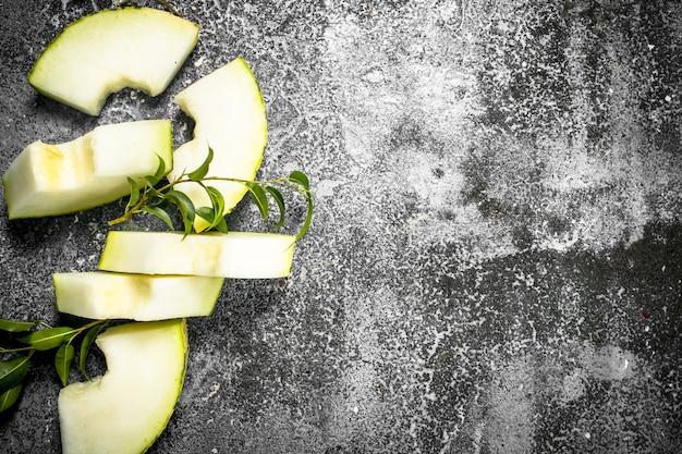 Verse rijpe gesneden meloen op rustieke tafel.
