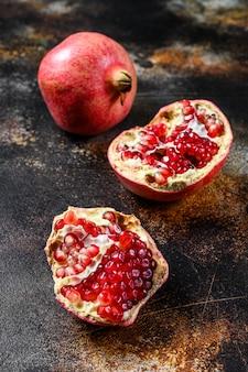 Verse rijpe granaatappel. biologisch fruit. zwarte achtergrond. bovenaanzicht