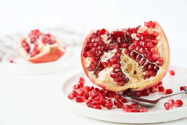 Verse rijpe granaatappel in een plaat, granaatappelpitjes