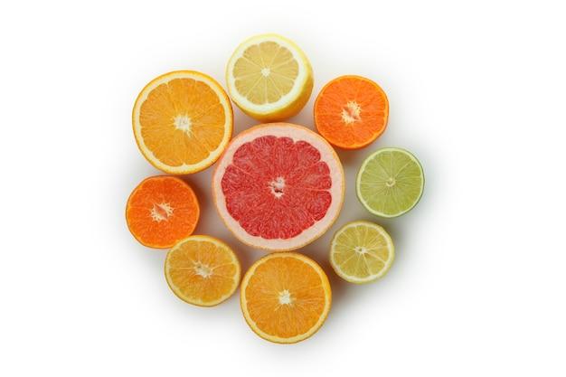 Verse rijpe grapefruits geïsoleerd op een witte achtergrond