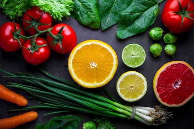 Verse, rijpe groenten en fruit voor een gezond, uitgebalanceerd dieet. juiste voeding en vezelvoer. schoon eten en goed eten