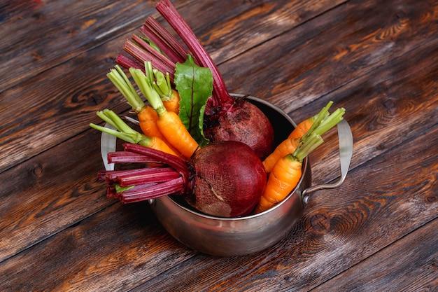 Verse rijpe groentenbos op metaalpeul