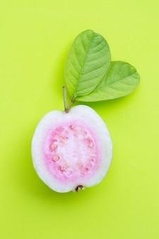 Verse rijpe guave en plakjes met bladeren
