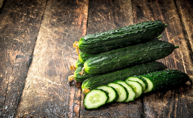 Verse rijpe komkommers. op een houten achtergrond.