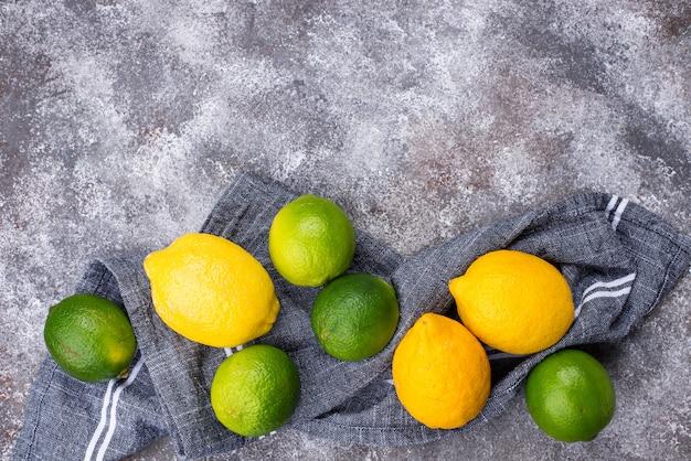 Verse rijpe limoenen en citroenen