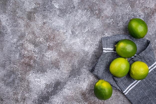 Verse rijpe limoenen op grijze achtergrond