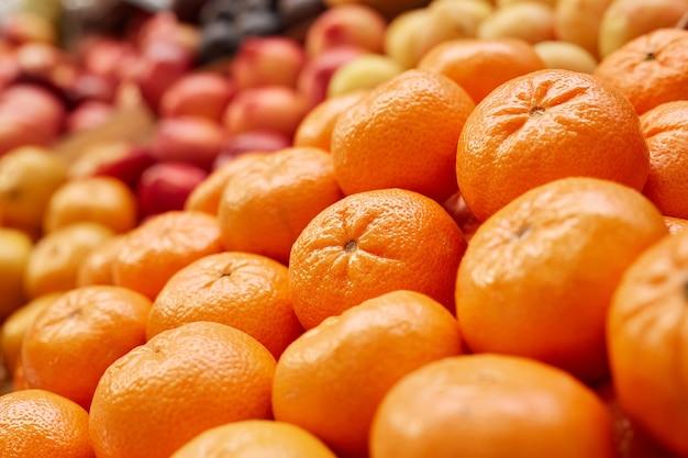 Verse rijpe mandarijnen klaar voor verkoop bij stand in boerenmarkt
