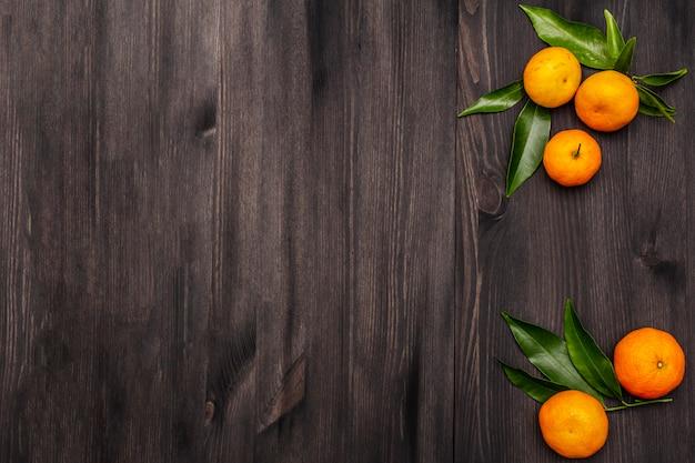 Verse rijpe mandarijnen met bladeren.