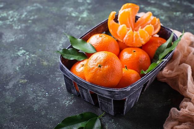Verse rijpe mandarijnen met bladeren