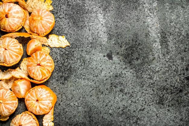 Verse rijpe mandarijnen op rustieke tafel.