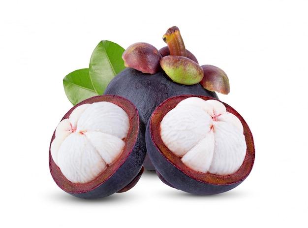 Verse rijpe mangostans (garcinia-mangostana) of manggis met bladmodel op witte achtergrond.