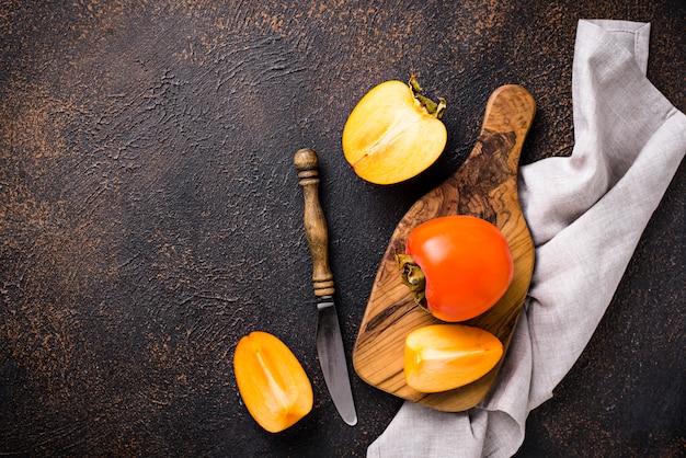 Verse rijpe persimmon op snijplank