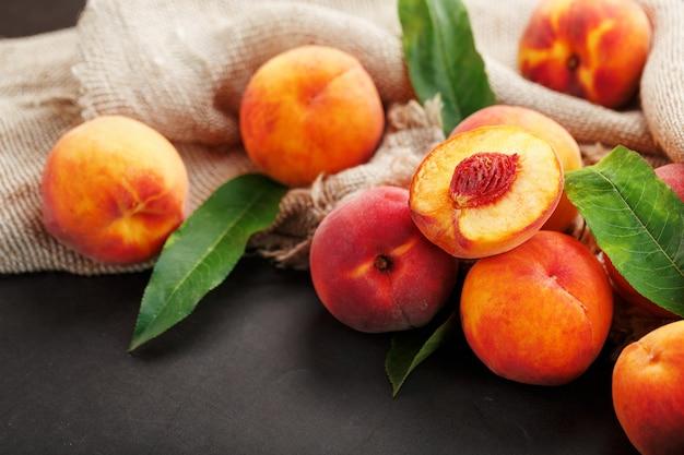 Verse rijpe perziken in een rieten mand