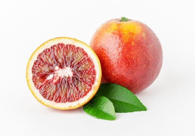 Verse rijpe rode sinaasappelen op witte achtergrond