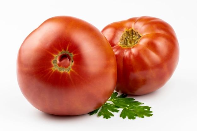 Verse, rijpe salade tomaten close-up geïsoleerd op een witte achtergrond.