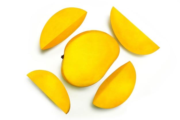 Verse rijpe sappige gesneden mango op een witte achtergrond, geïsoleerd, close-up