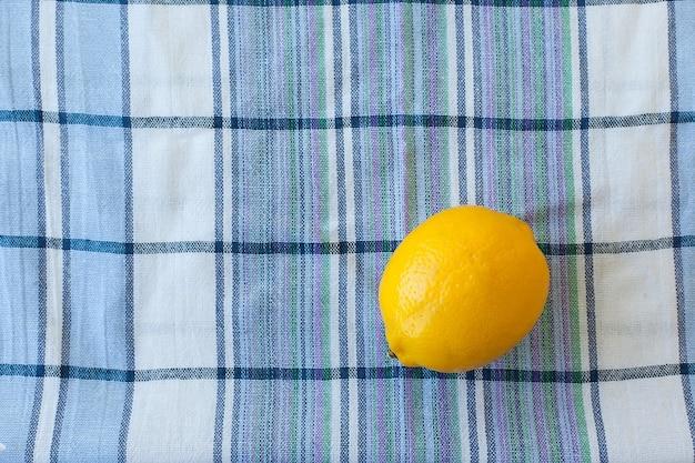 Verse rijpe sappige hele citroen op een handdoek