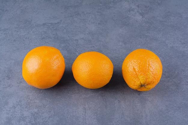 Verse rijpe sinaasappels op het donkere oppervlak