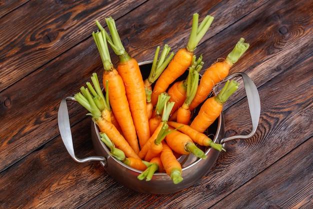 Verse rijpe wortelbos op metaalpot