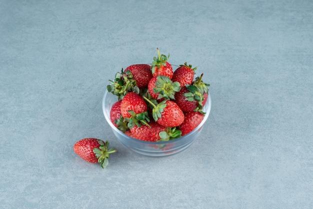 Verse rode aardbeien in glazen kom.