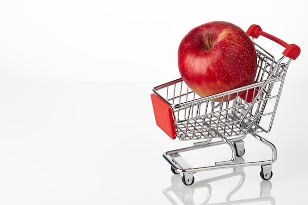 Verse rode appel bij het hakken van kar geïsoleerd op witte achtergrond.