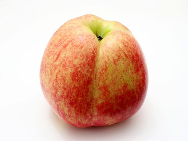 Verse rode appel die op witte achtergrond wordt geïsoleerd