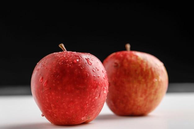 Verse rode appel op donkere achtergrond