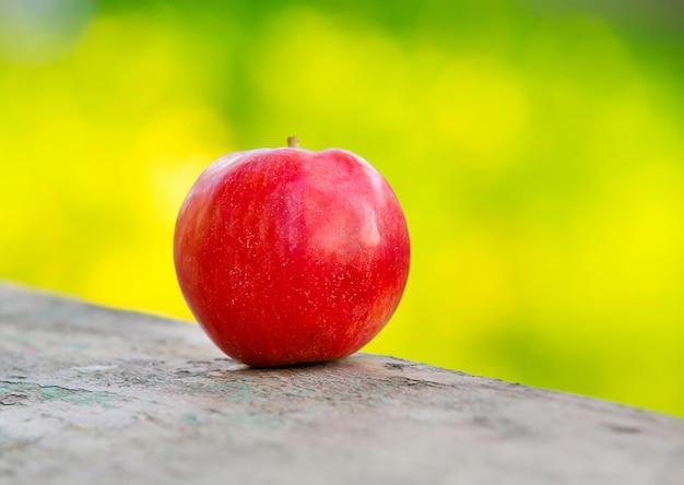 Verse rode appel op groene ruimte met bokeh