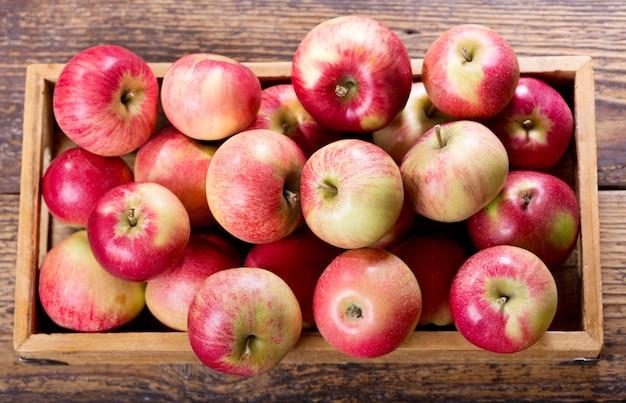Verse rode appels in een houten doos