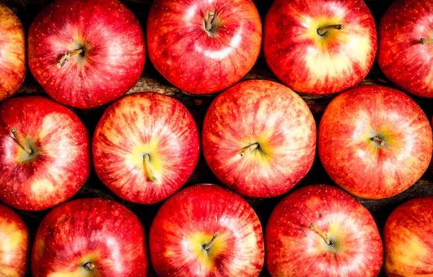 Verse rode appels op houten achtergrond