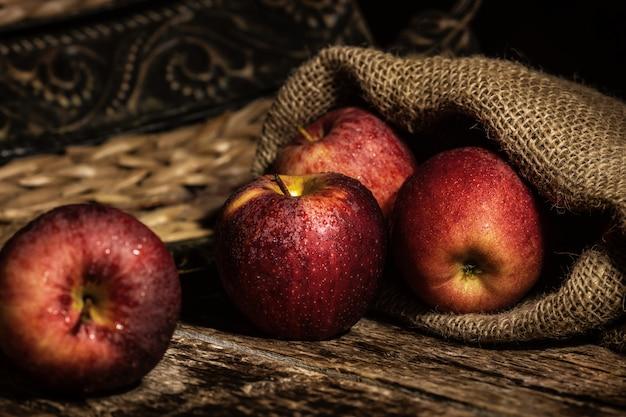 Verse rode appels op houten rustieke tafel