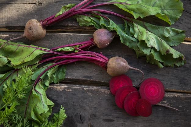 Verse rode biet wortels geoogst op houten tafel