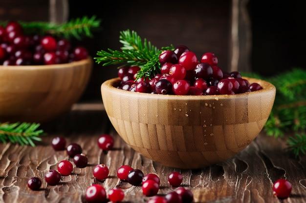 Verse rode cranberry op de vintage tafel