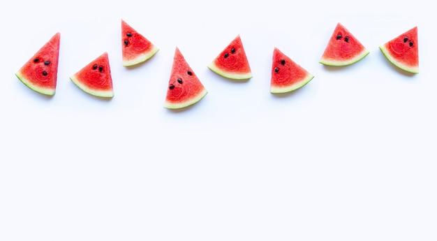 Verse rode die watermeloenplak op witte achtergrond wordt geïsoleerd. kopieer ruimte
