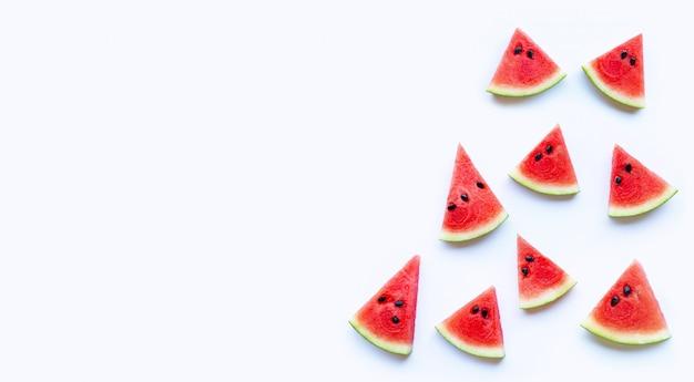 Verse rode die watermeloenplak op witte achtergrond wordt geïsoleerd